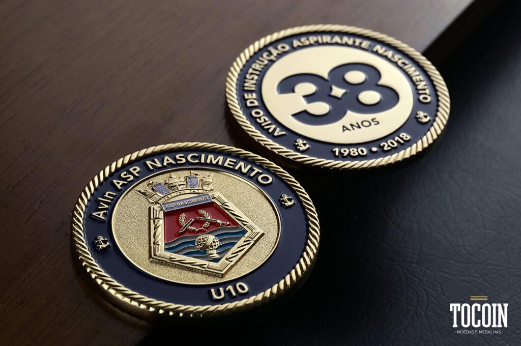 Duas moedas do Navio de Aviso de Instrução Aspirante Nascimento U10 da Marinha do Brasil